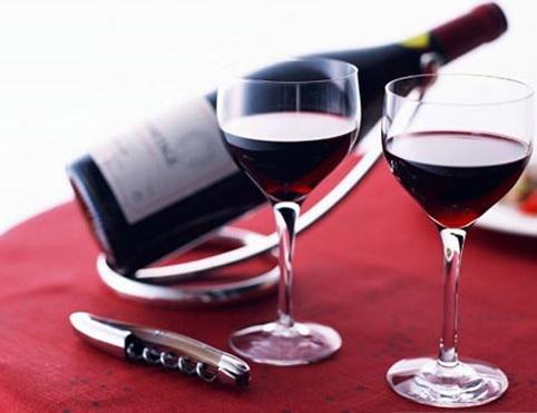 Uống rượu vang trước khi quan hệ giúp cuộc yêu thêm nồng nàng thăng hoa