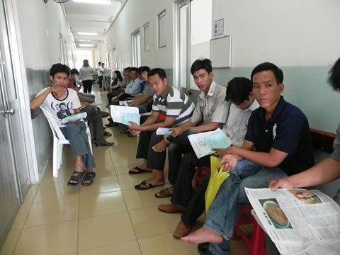 Bệnh nhân ngồi chờ tới lượt khám tại khoa nam học bệnh viện Bình Dân