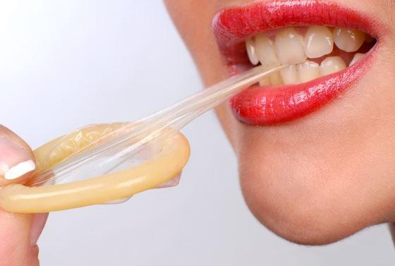 cách mang bao cao su bằng miệng